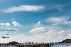 De stad kijkt op het dak en de blauwe hemel Stock Fotografie