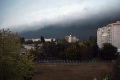 In de stad nadert onweer Stock Foto's