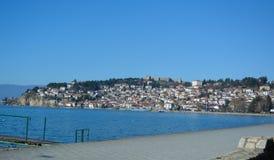De stad Ohrid bij het Ohrid-Meer Stock Afbeelding