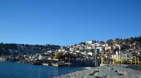 De stad Ohrid bij het Ohrid-Meer Stock Afbeeldingen