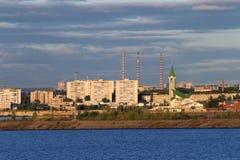 De stad op de Kama-Rivier Stock Afbeeldingen