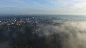 De stad op Vistula, PuÅ 'awy in de mist, luchtmening stock video