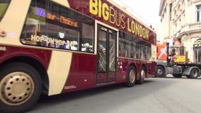 De stad in Overvol van Londen Boulevard met Groot Rood Dubbel Decker Buses in Verkeer stock video
