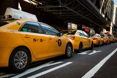 De Stad Scape van New York van Taxikappen op een rij stock afbeelding