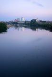 De Stad Skyli van zonsopgangtennessee river waterbirds knoxville downtown Stock Foto's