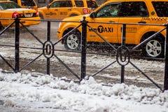 De Stad Taxis van New York in de Sneeuw Stock Afbeeldingen