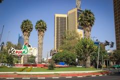 De stad in tegen dag Gebouwen, palmen en auto's op de weg stock fotografie