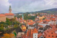 De stad van Ä  eskà ½ Krumlov de kromming van de Vltava-rivier, die op het teken van oneindigheid lijkt royalty-vrije stock afbeelding