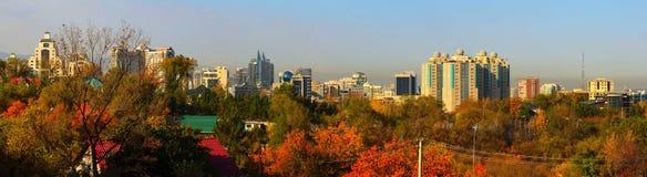 De stad van Alma Ata in de herfst Stock Foto's