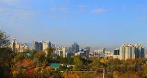 De stad van Alma Ata in de herfst Royalty-vrije Stock Fotografie