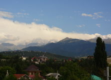 De stad van Alma Ata met bergen Stock Fotografie