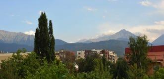 De stad van Alma Ata met bergen Royalty-vrije Stock Afbeelding