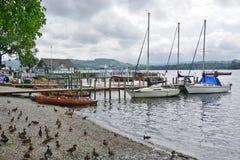 De stad van Ambleside op Meer Windermere stock afbeeldingen