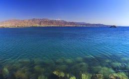 De stad van Aqaba in Jordanië en de Golf van Aqaba van het Rode Overzees royalty-vrije stock fotografie