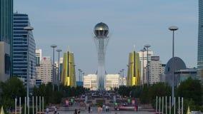 De stad van Astana timelapse, ingezetenen loopt en ontspant op een zonnige dag dichtbij het symbool van de stad - Baiterek stock video