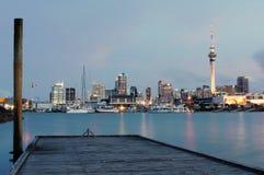 De stad van Auckland bij schemer Royalty-vrije Stock Afbeeldingen