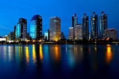 De stad van Bangkok bij nacht Stock Afbeelding