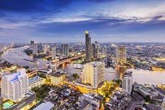 De stad van Bangkok bij nacht