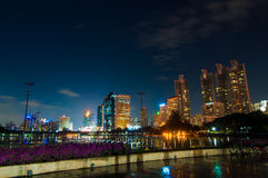 De stad van Bangkok bij nachtscènes. Stock Afbeeldingen