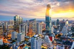 De stad van Bangkok bij zonsondergang Stock Afbeelding