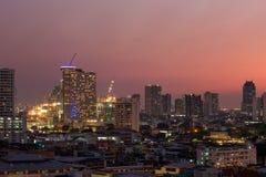 De stad van Bangkok bij zonsondergang stock foto's