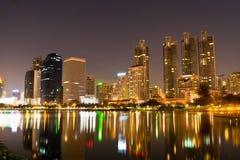 De stad van Bangkok de stad in bij nacht Royalty-vrije Stock Foto's
