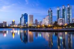 De stad van Bangkok de stad in bij nacht Stock Foto's