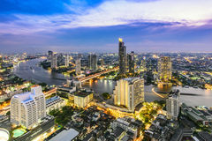 De stad van Bangkok en Chao Phraya-rivier Stock Afbeelding