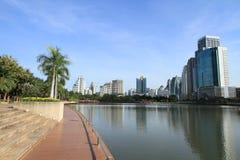 De stad van Bangkok met bezinning in meer Stock Afbeelding