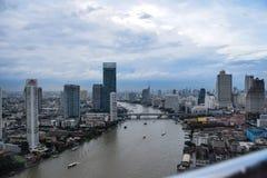 De stad van Bangkok met Chao Phraya-rivier het overgaan stock foto