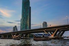 De Stad van Bangkok met Zonsonderganghemel en Chao-prayarivier Bangkok Thailand stock foto