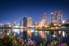 De stad van Bangkok scape bij nacht Stock Fotografie