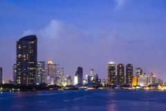 De stad van Bangkok scape bij schemering Stock Foto
