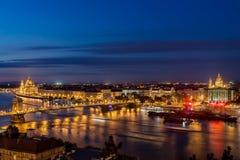 De Stad van Boedapest 's nachts in Hongarije Royalty-vrije Stock Foto's
