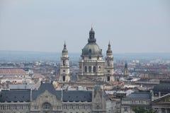 De stad van Boedapest scape met dichte omhooggaande mening van St Stephen ` s Basiliek stock foto