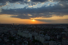 De stad van Boekarest in laag licht bij zonsondergang royalty-vrije stock afbeeldingen
