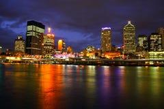 De Stad van Brisbane bij Nacht Stock Afbeelding