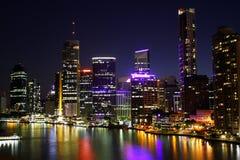 De Stad van Brisbane bij Nacht Stock Afbeeldingen