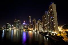 De Stad van Brisbane bij nacht van brug, Queensland Royalty-vrije Stock Foto's