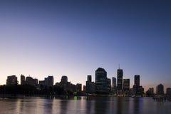 De stad van Brisbane bij schemer Stock Foto's