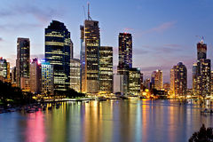 De stad van Brisbane die in de rivier bij nacht wordt weerspiegeld Stock Foto