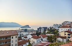 De stad van Budva Oranje Daken van Huizen De mening van de hoogte Mening van het Adriatische overzees royalty-vrije stock afbeelding