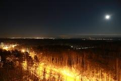 De stad van Cape Town bij nacht met maan in de hemel Royalty-vrije Stock Foto's