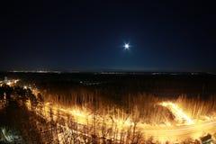 De stad van Cape Town bij nacht met maan in de hemel Stock Afbeelding
