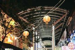 De Stad van China, Singapore - Maart 26, 2013: De lantaarns die boven de straat in Chinatown van Singapore bij nacht hangen stock fotografie