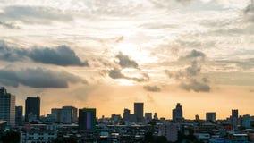 De stad van de binnenstad bij zonsondergang met zonneschijn in de avond, tijdtijdspanne stock video