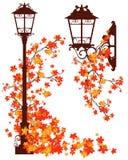 De stad van de herfst huizen en bomen en gele bladeren Stock Foto's