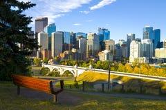 De stad van de Horizon van Calgary bij Zonsopgang Stock Foto's