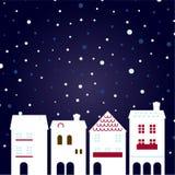 De stad van de kerstnacht bij het sneeuwen Stock Foto's