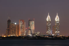 De Stad van de Media van Doubai bij nacht Stock Fotografie